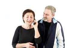 Esposa en el teléfono mientras que el esperar del marido Fotografía de archivo libre de regalías
