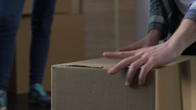Esposa enojada que espera hasta el marido que recolecta la materia en la caja de cartón, divorcio almacen de video