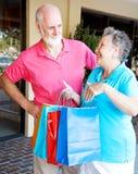 Esposa enviciada a las compras imagen de archivo libre de regalías