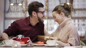 A esposa feliz beija seu marido após o presente que troca no restaurante video estoque