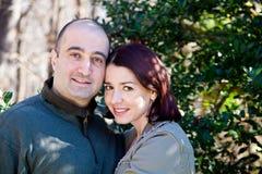 Esposa feliz de los pares que abraza a su marido imagenes de archivo