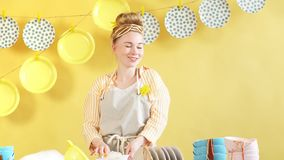 Esposa feliz que disfruta de su tiempo en sitio de la cocina metrajes