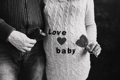 Esposa grávida com marido Barriga tocante do homem da mulher gravida Bebê de espera dos pares da família imagens de stock