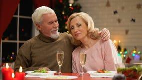 Esposa maciamente de aperto masculina de envelhecimento, comemorando a Noite de Natal junto, romance filme