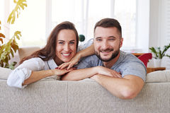 Esposa magnífica y marido que pasan el tiempo libre que se relaja en el sofá Fotos de archivo libres de regalías