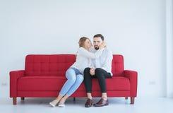 Esposa para reconciliar seus pares melindrosos no amor na sala de visitas, emoções do marido e do aperto da atitude positiva fotos de stock