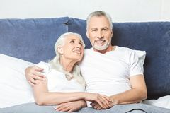 Esposa que mira a su marido que ve la TV fotos de archivo