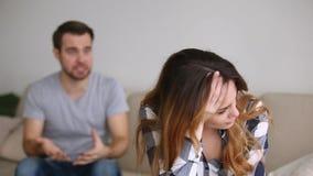 Esposa subrayada cansada del marido que controla que discute culpar de problemas metrajes