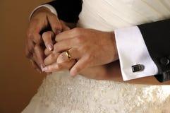 Esposa y marido que llevan a cabo las manos después de casarse Imagenes de archivo