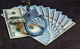 esposas de la fan y del metal de la endecha de 100 billetes de dólar en ellos Imágenes de archivo libres de regalías