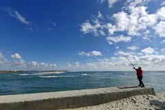 Esposende, PORTUGAL - älterer Mann fischt auf Ozeanrand am 22. April in Esposende, Portugal Lizenzfreies Stockbild