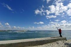 Esposende, PORTUGAL - el hombre mayor pesca en el borde del océano el 22 de abril en Esposende, Portugal Imagen de archivo libre de regalías