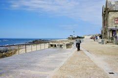 Esposende PORTUGALIA, Kwiecień, - 22: Senior jedzie rower na deptaku wzdłuż Apulia plaży Zdjęcie Stock