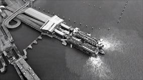 Esposizione agile HUD degli ærei militari con l'obiettivo su porto marittimo nemico strategico con le navi Front View da pilota archivi video