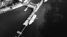 Esposizione agile HUD degli ærei militari con l'obiettivo su porto marittimo nemico strategico con le navi Front View da pilota video d archivio