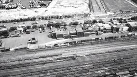 Esposizione agile piana militare HUD con l'obiettivo su punto chiave nemico strategico con la strada di ferrovia ed i contenitori archivi video