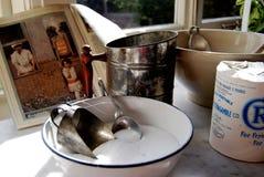 Esposizione antica della cucina con la ciotola di miscelazione, libro di ricetta Fotografia Stock