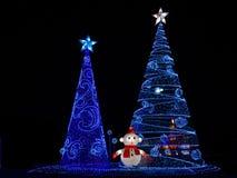 Esposizione decorativa delle luci di Natale di inverno dell'albero di Natale multiplo fotografia stock
