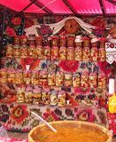 Esposizione dei barattoli del sottaceto decorata con i fronti felici Fotografia Stock