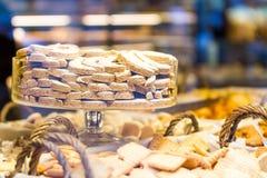 Esposizione dei biscotti di Natale attraverso una finestra del negozio Immagine Stock Libera da Diritti