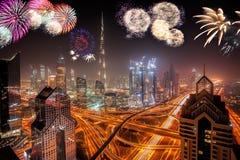 Esposizione dei fuochi d'artificio del nuovo anno nel Dubai, UAE fotografie stock