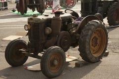 Esposizione dei trattori datati per uso e trasporto agricoli Immagine Stock