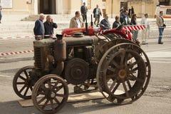 Esposizione dei trattori datati per uso e trasporto agricoli Fotografie Stock