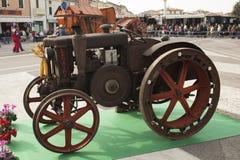Esposizione dei trattori datati per uso e trasporto agricoli Fotografia Stock Libera da Diritti
