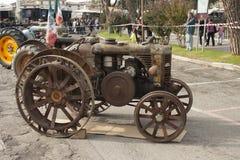 Esposizione dei trattori datati per uso e trasporto agricoli Fotografia Stock