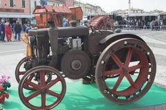 Esposizione dei trattori datati per uso e trasporto agricoli Immagini Stock Libere da Diritti