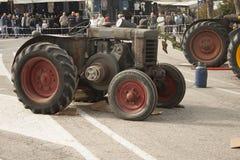 Esposizione dei trattori datati per uso e trasporto agricoli Fotografie Stock Libere da Diritti