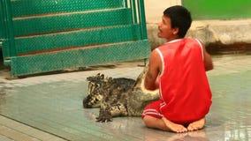 Esposizione del coccodrillo in Tailandia video d archivio