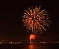 Esposizione del fuoco d'artificio ad una posizione costiera Fotografia Stock