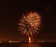Esposizione del fuoco d'artificio ad una posizione costiera Immagini Stock
