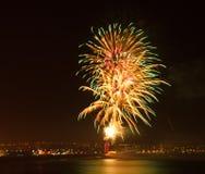 Esposizione del fuoco d'artificio ad una posizione costiera Fotografia Stock Libera da Diritti