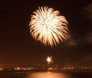 Esposizione del fuoco d'artificio ad una posizione costiera Immagini Stock Libere da Diritti