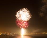 Esposizione del fuoco d'artificio ad una posizione costiera Fotografie Stock Libere da Diritti
