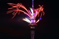 Esposizione del fuoco d'artificio della torre del cielo di Auckland per celebrare 2016 nuovi anni Fotografia Stock