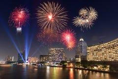 Esposizione del fuoco d'artificio sopra il fiume fotografia stock libera da diritti