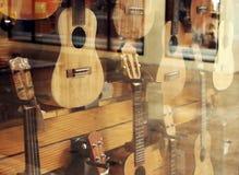 Esposizione del negozio che ukulele di vendita Immagini Stock