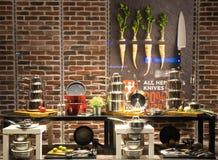 Esposizione dell'attrezzatura della cucina nel deposito Fotografia Stock