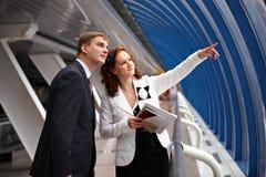 Esposizione della donna di affari il lato il vostro socio immagini stock libere da diritti