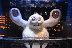 Esposizione della finestra di festa di punto di vista degli spettatori a Saks Fifth Avenue in NYC il 16 dicembre 2013 Immagine Stock Libera da Diritti