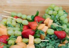 Esposizione della frutta fresca con i kebab Fotografie Stock Libere da Diritti
