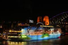 Esposizione della luce laser della barca di crociera Immagine Stock Libera da Diritti
