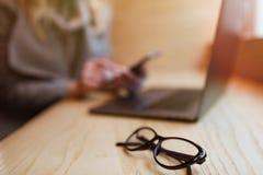 Esposizione della pagina del dettaglio di pagamento Pagamento online Mani delle donne facendo uso della s fotografia stock libera da diritti