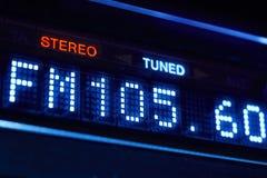 Esposizione della radio di sintonizzatore FM Stazione digitale stereo di frequenza sintonizzata immagine stock libera da diritti