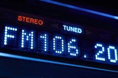 Esposizione della radio di sintonizzatore FM Stazione digitale stereo di frequenza sintonizzata fotografie stock libere da diritti