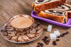 Esposizione della tazza lituana dei dolci del seme di papavero di tè e del bollitore sul fondo di legno della tavola, del tazza d fotografia stock libera da diritti