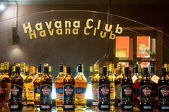 Esposizione delle bottiglie del rum di Havana Club Fotografia Stock